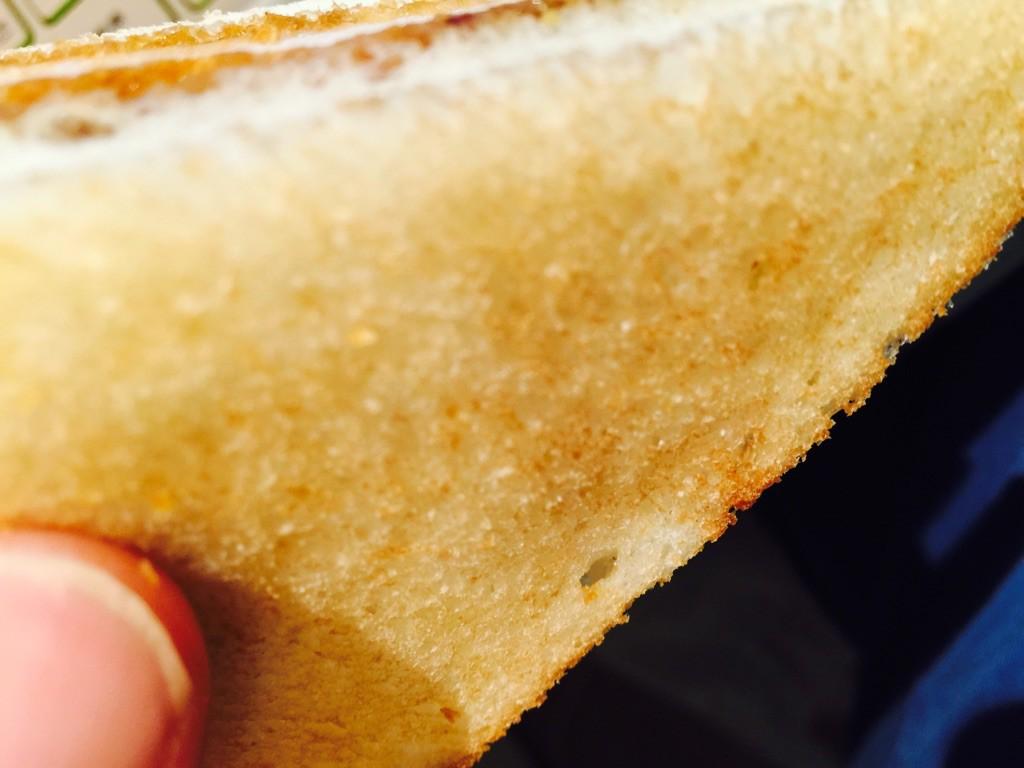 パンはパサパサ